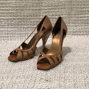 5/$25 Anne Klein tan/gold Novia Heels, Size 7